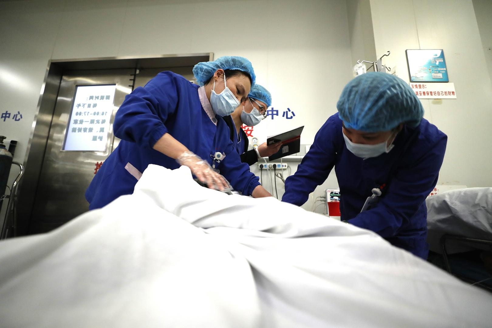 在急诊抢救室内,医务人员正在为病人进行清创.
