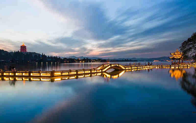 """民生  """"上有天堂,下有苏杭"""",杭州西湖的美景声名远播,在热闹的佳节里"""
