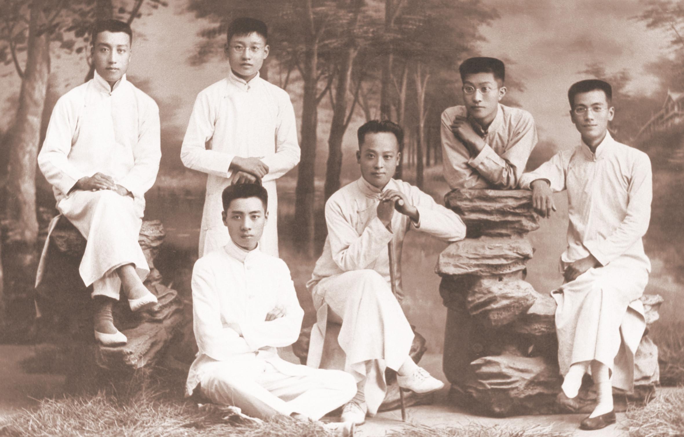 周恩来(前排左一)与教师、同学(1916年).jpg