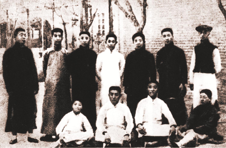 《敬业》编辑部工作人员合影,前排左二为周恩来(1914年)_副本.jpg