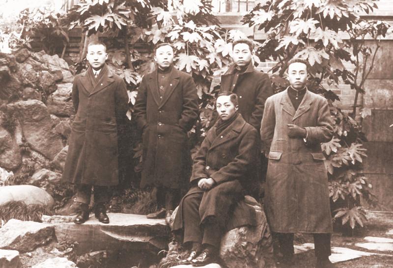 周恩来(后排右一)在日本与南开中学的同学合影_副本.jpg