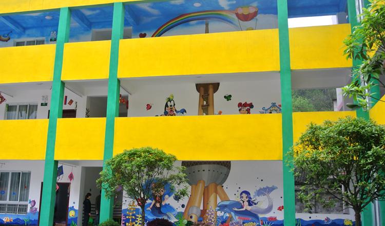 """土坪镇中心幼儿园老师手绘""""东方明珠""""墙画,让孩子们记住上海的帮助."""