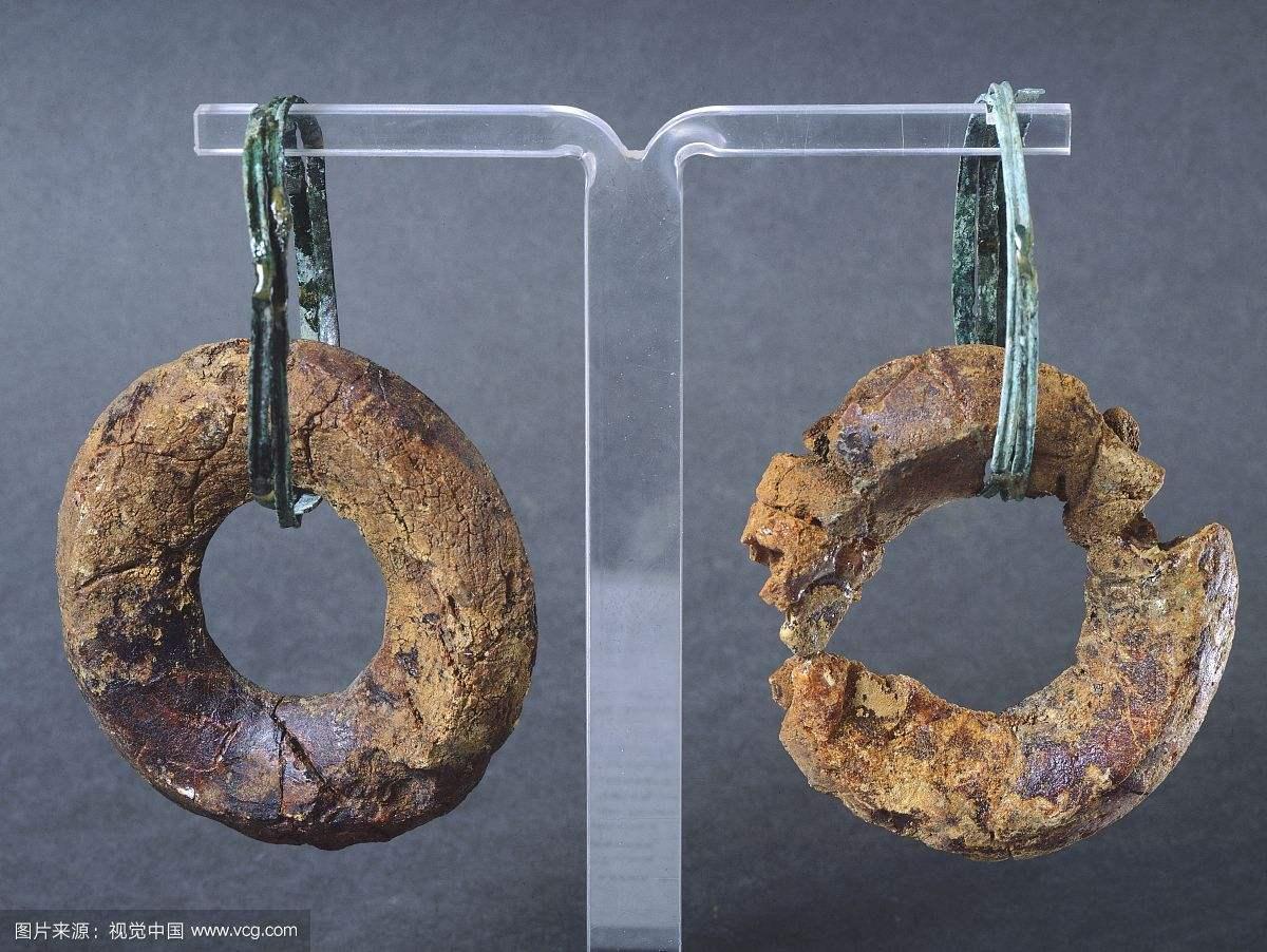 青铜耳环努马纳斯若洛琥珀吊坠.jpg