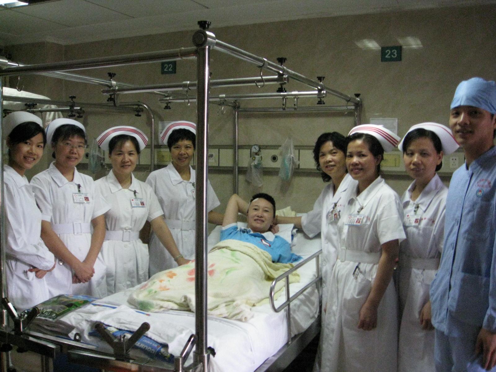 黄莉和救助她的医护人员在一起.JPG