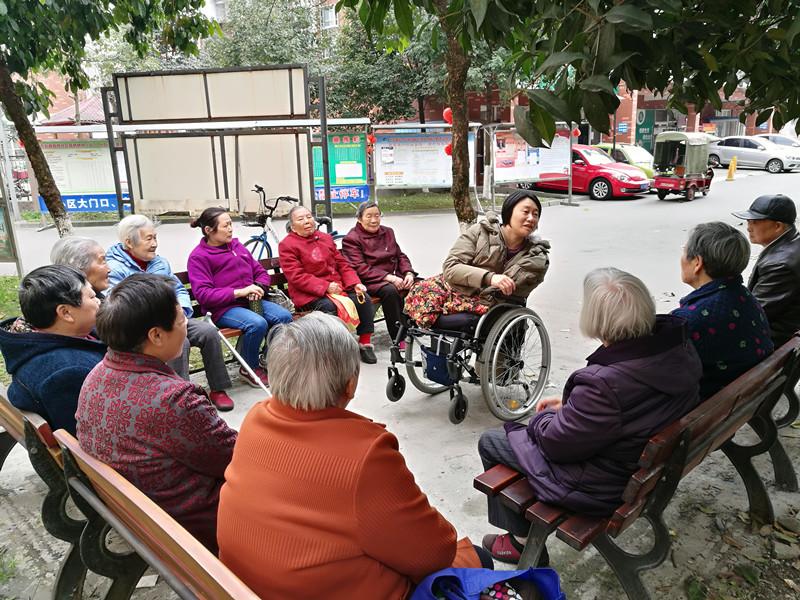 黄莉和社区老人交流,探讨如何开展养老敬老服务.jpg