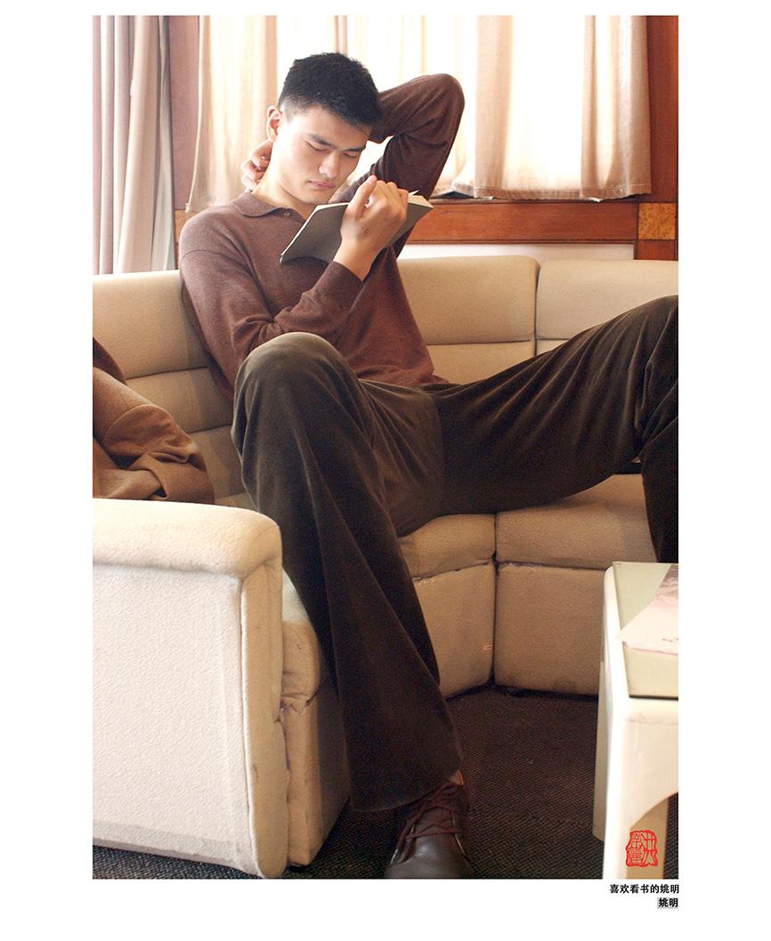 喜欢看书的姚明  摄于2002年0518.jpg