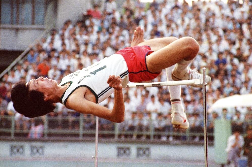 轻松自如过杆的瞬间 摄于1983年.JPG