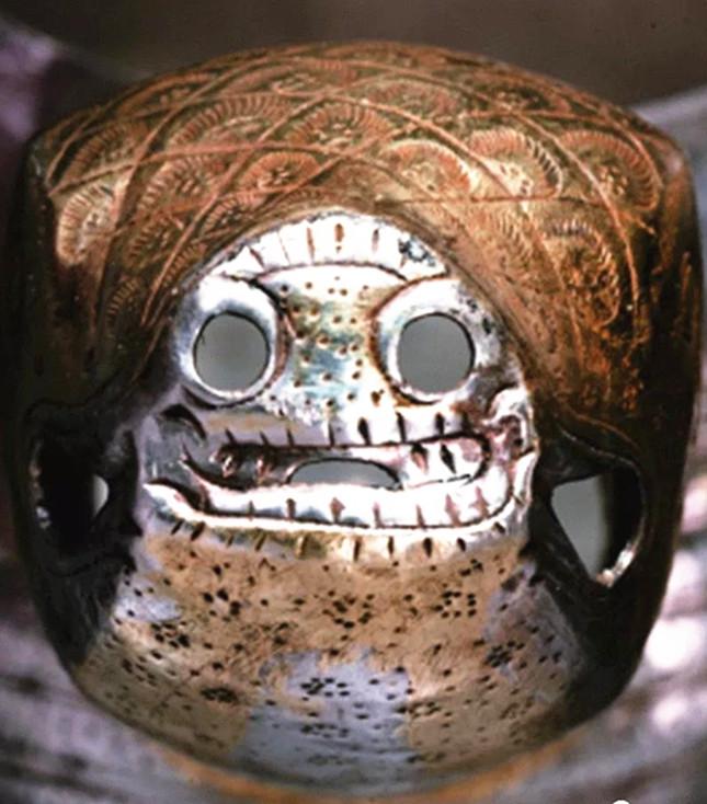 器物上的头部眼嘴镂孔部位。.jpg
