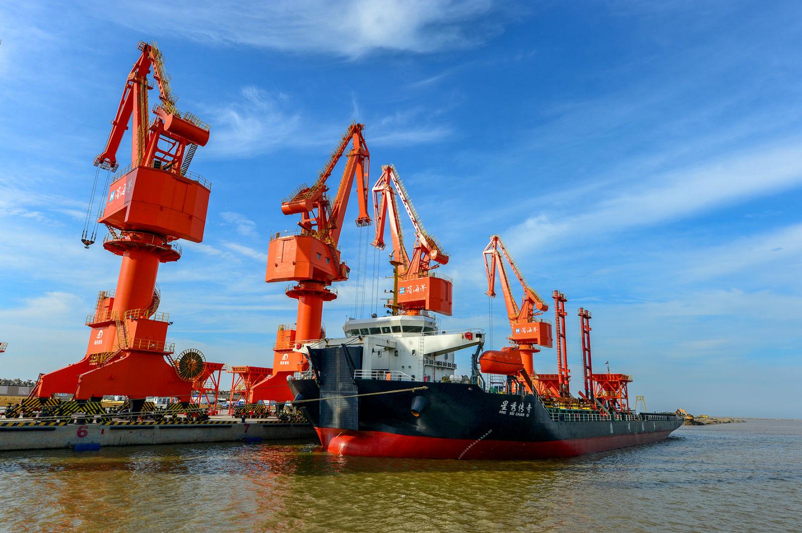 滨海港繁忙的干散货码头。(滨海日报记者 陈其龙 摄)_meitu_4.jpg