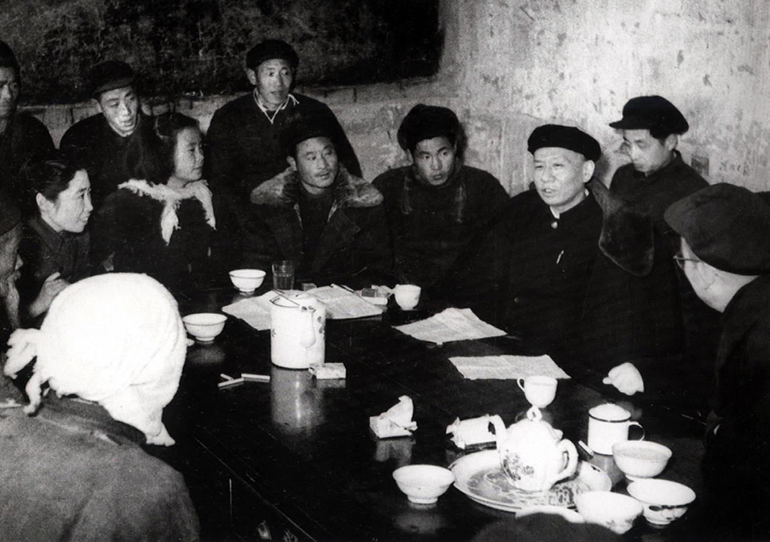 刘少奇在河北省清苑县与农民座谈。.jpg