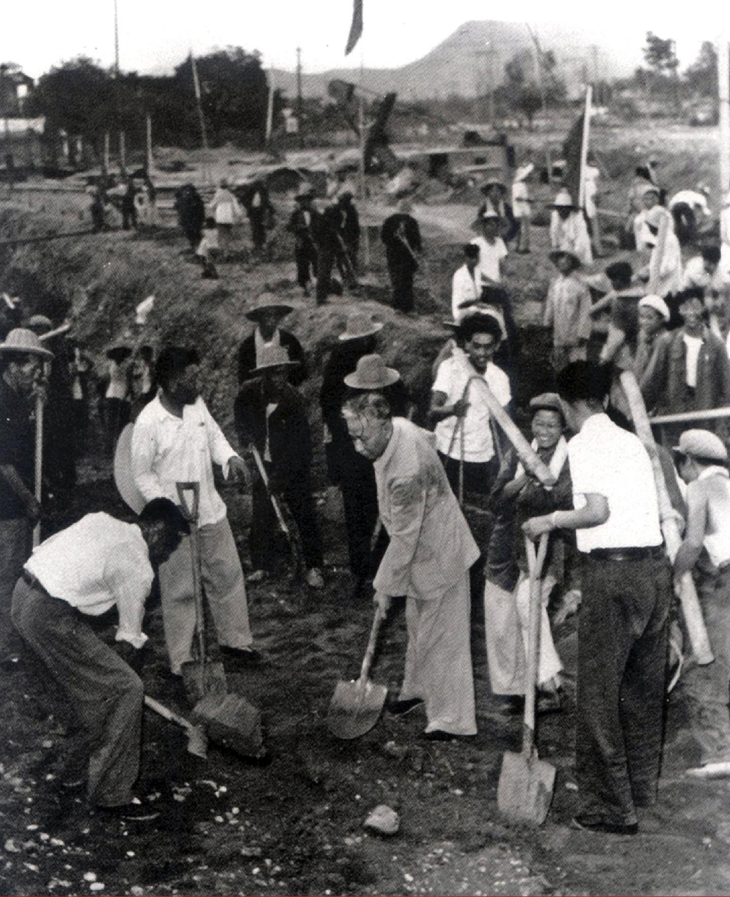 刘少奇在北京石景山钢铁厂视察时与工人一起劳动。.jpg