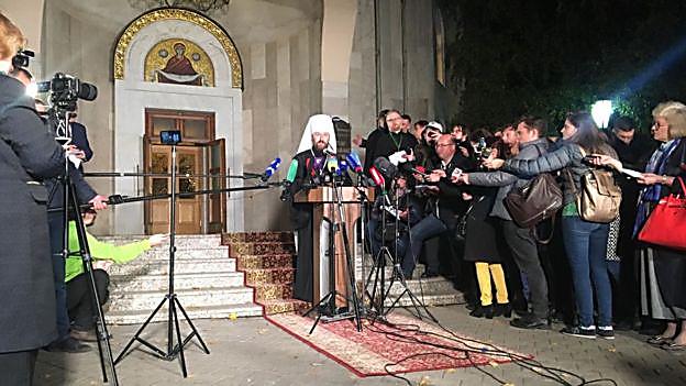 莫斯科牧首区对外关系负责人伊拉里翁周一晚间召开新闻发布会宣布这一决定(图片来源:Преступности)