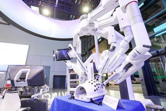 wenxin35198_07叶(在医疗器械及医药保健展区,现场展出最新的达芬奇Xi手术系统。)_副本.jpg