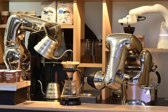wenxin35292_02赵(日用电子产品展馆展出的机械臂制作咖啡)_副本.jpg