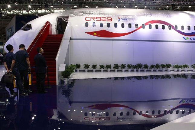 由中国和俄罗斯联合研制的远程宽体客机CR929模型亮相航展,吸人眼球_副本_副本.jpg