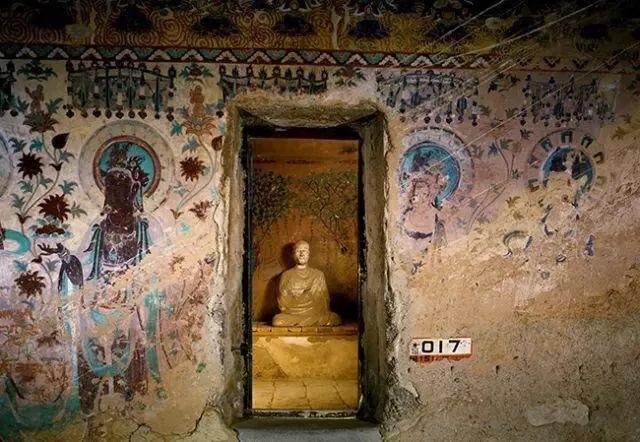 1900年6月22日,道士王圆箓偶然发现了掩藏在莫高窟第16窟壁画背后的