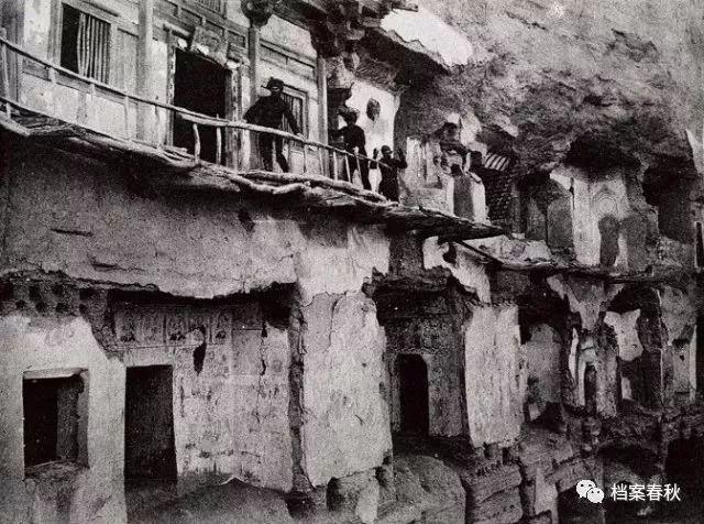 1908年,伯希和考察队在427窟前.jpg