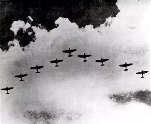 战机编队飞过天空.jpg
