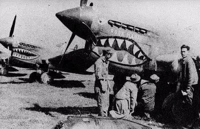地勤人员在维护飞虎队的飞机.jpg