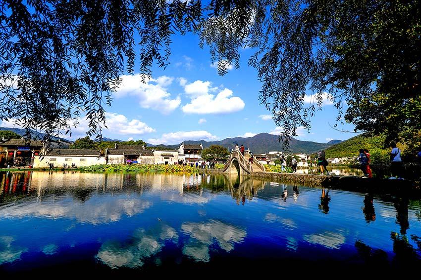 """南湖挖凿于明万历丁未年(公元1607年),仿造西湖""""平湖秋月""""的形式建成南湖。"""