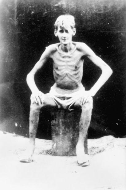 巴布亚新几内亚拉包尔战俘营中,只剩皮包骨头的英军士兵.