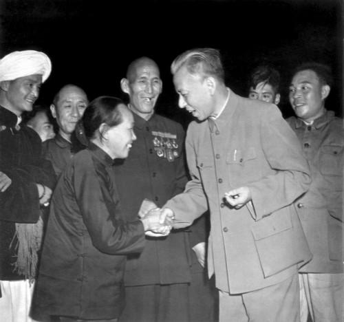 004 1954年9月22日,刘少奇同出席第一届全国人大小.jpg