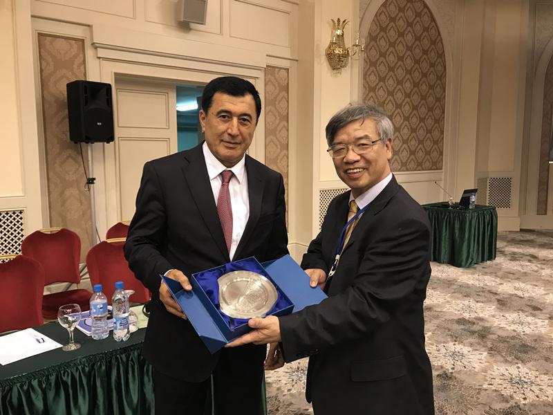 20170512黄仁伟与乌兹别克斯坦前外长诺罗夫交流.JPG