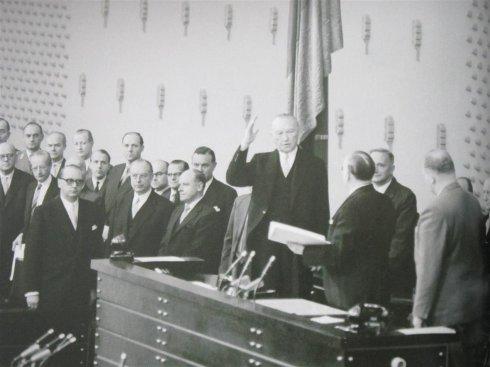 阿登纳宣誓就任联邦总理.jpg