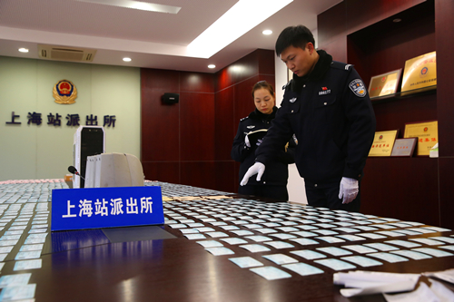 民警正在清点假票%20拍摄者:刘少杰.JPG