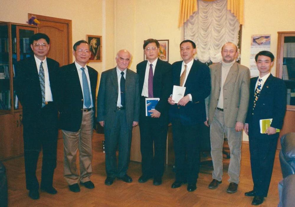 与叶利钦经济顾问亚辛(左3)_副本.jpg