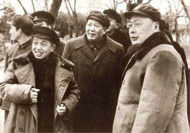 毛泽东(中)与陈毅(右).jpg