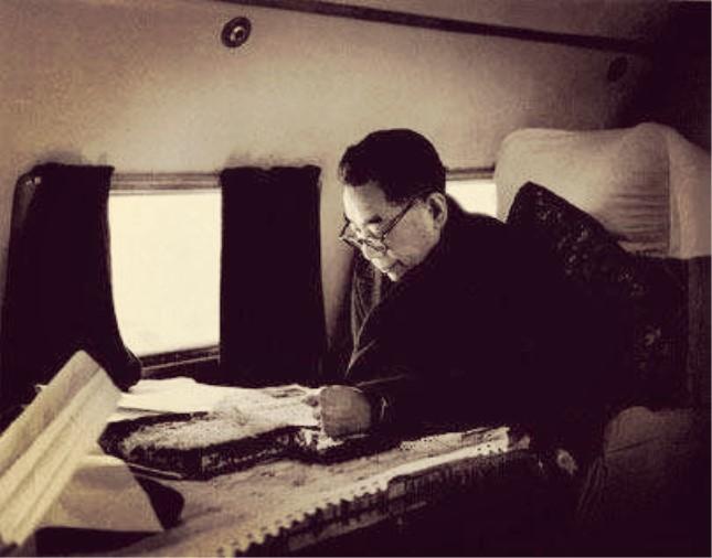 1960年周恩来在飞机上批阅文件.jpg