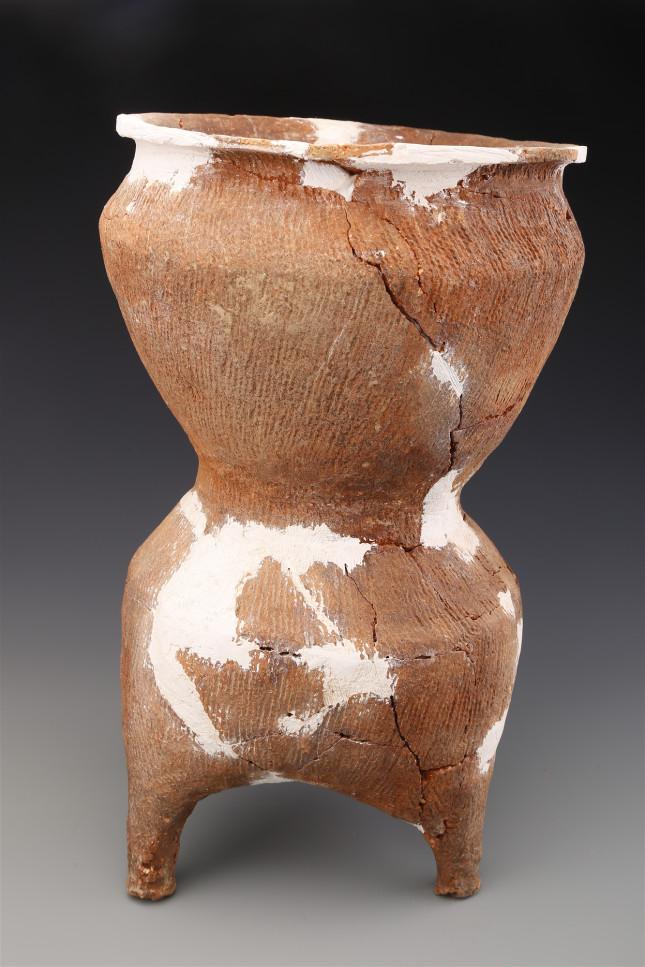 东周墓葬M1083中出土的陶甗 。.JPG
