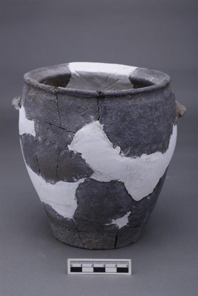 史前房址中出土的陶罐 。.JPG