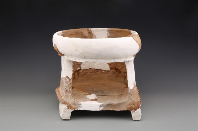 史前房址中出土的陶灶 。.JPG