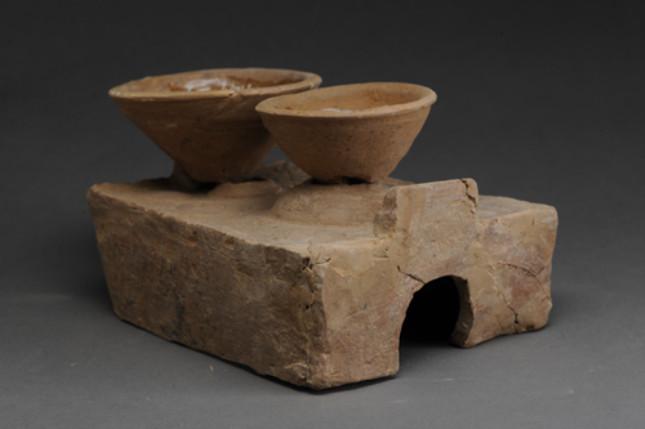 出土的陶灶。.jpg