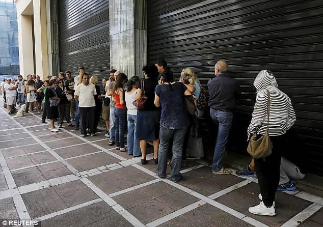 希腊债务危机引发银行挤兑潮 民众排长队取现.jpg