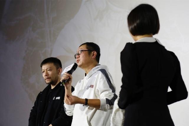 刘慈欣(中)与导演郭帆(左)在电影放映后交流观影心得。.jpg