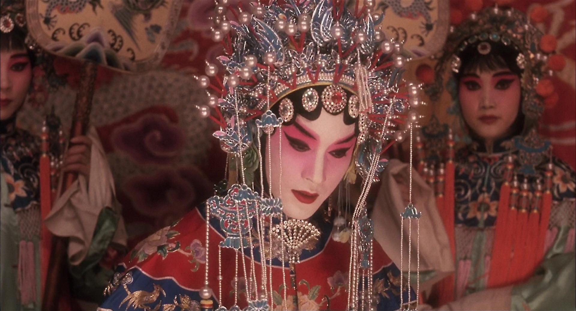 电影中的小豆子,在这一幕中彻底完成了性别自我指认,而之后张国荣图片