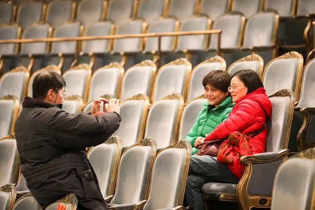 再坐一坐上海蓝的丝绒座椅,重温美好时光。_副本.jpg