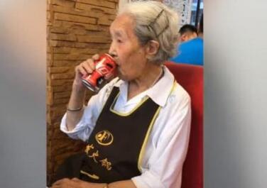 98岁吃货奶奶最爱火锅可乐