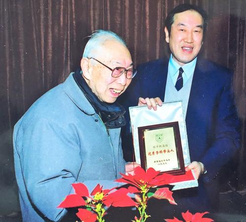 1999年程千帆获南京大学中文系首届优秀学科带头人称号,时任校长蒋树声为其颁奖.JPG