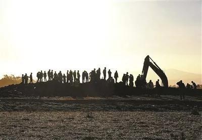 在埃塞俄比亚首都亚的斯亚贝巴附近,人们聚集在坠机现场 供图/视觉中国