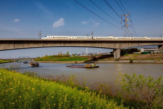 (2018运河江苏段)高铁飞驰在古运河上_副本_副本.jpg