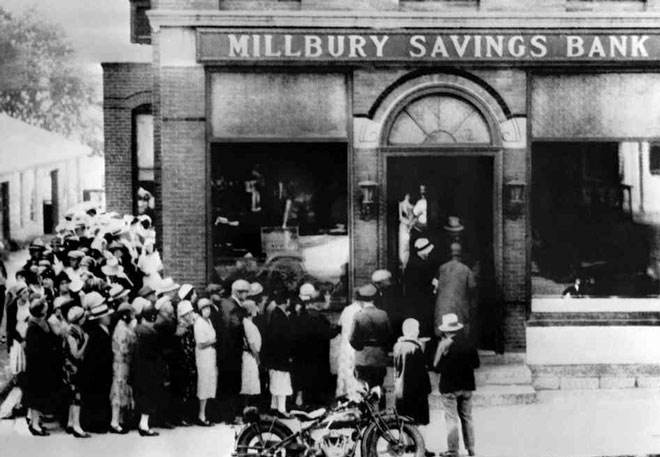 ?大萧条时期美国民众上街挤兑,导致银行倒闭潮.jpg