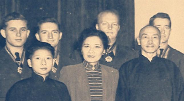 前排从左至右为孔二小姐、宋美龄和蒋介石.jpg