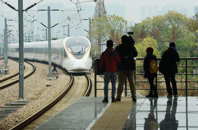2018年12月25日,从杭州始发前往黄山的首趟动车D9551次驶出杭州东站。_副本.jpg