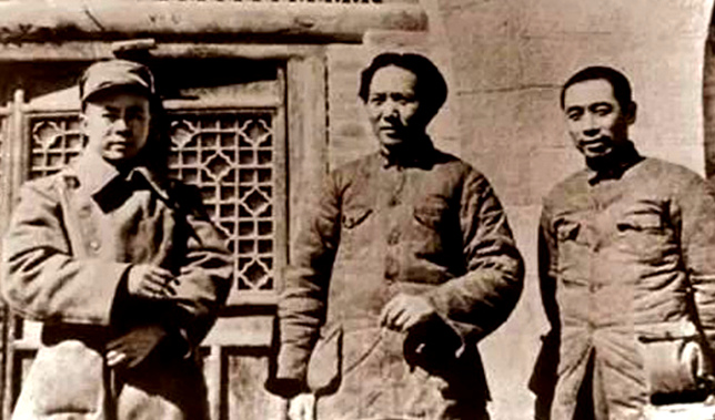 1938年初,毛泽东、周恩来、任弼时在延安。_副本.jpg