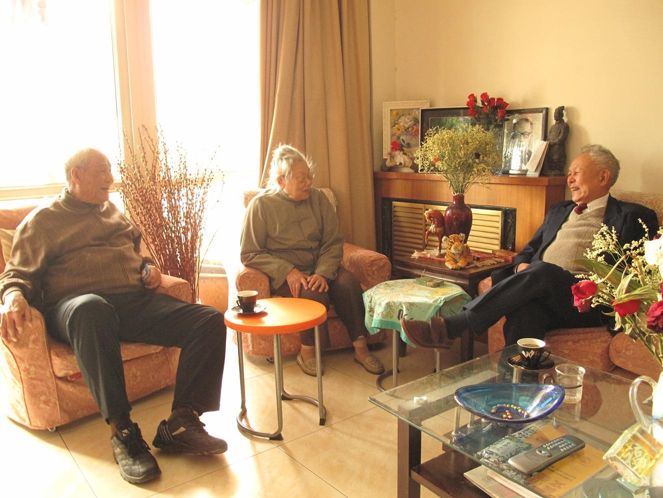 2010年2月,谢冕(右)与牛汉(左)、郑敏(中)小聚().jpg
