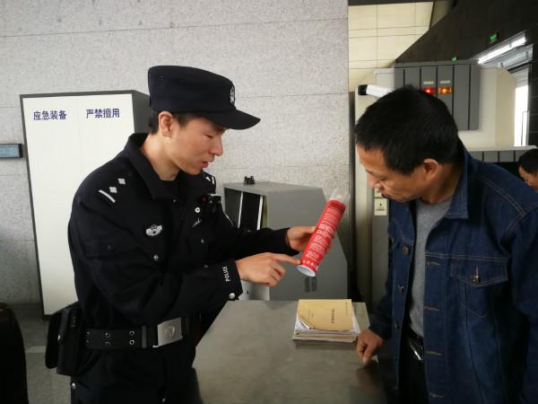 民警对携带危险品的旅客进行教育_meitu_1.jpg